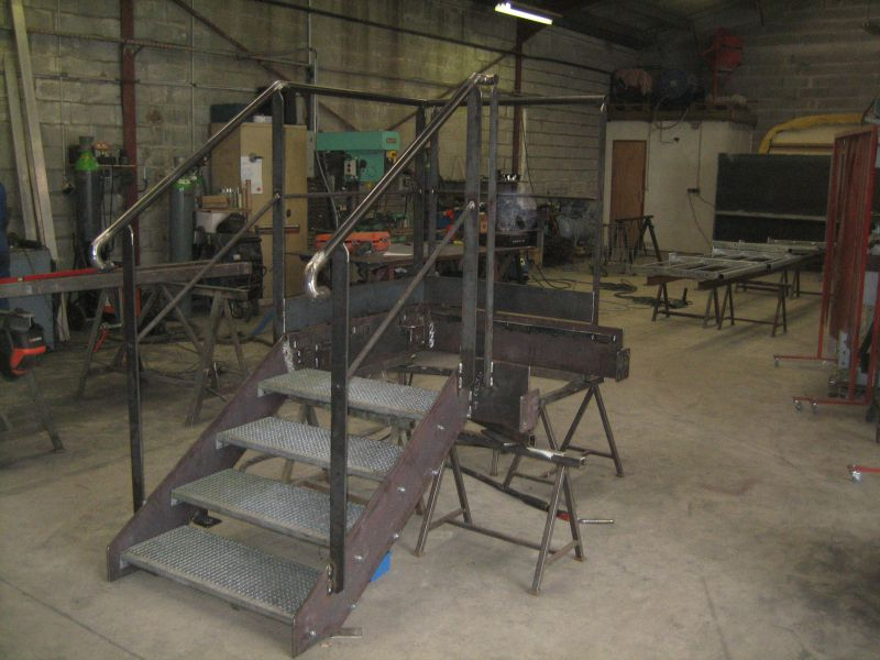 fabrication d 39 un escalier m tallique 4 marches avec palier et garde corps usine saint jean. Black Bedroom Furniture Sets. Home Design Ideas